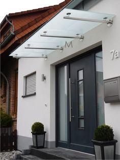 In our assortment you will find many modern mailboxes as well as the matching . - Briefkasten, Deko und Haus Ideen im Herbst - Door Design Modern Entrance Door, Main Entrance Door Design, House Entrance, Front Door Canopy, Porch Canopy, Facade Design, Patio Design, Canopy Glass, Hut House