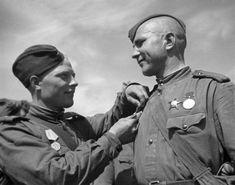 Soviet soldiers awarded with the Defense of Leningrad Medal. Great Patriotic War of 1941-1945. [RIA Novosti archive, image #601183 / Boris Kudoyarov / CC-BY-SA 3.0]