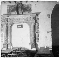 1924. Seu Vella, Lleida. Fotografia de Josep Salvany. L'altra porta renaixentista, la de la Sala Capitular, amb les taules del menjador de la soldadesca, ja que el monument fou ocupat gairebé 250 anys per l'exèrcit borbònic espanyol.