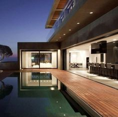 Pitsou Kedem Architects together with Tanju Özelgin designed a modern and minimalistic building called the Herzelia Pituah 4 House in Israel. Swimming Pool Architecture, Pitsou Kedem, Swimming Pool House, Modern Pools, Villa, Indoor Outdoor Living, Pool Designs, Minimalist Home, Building Design