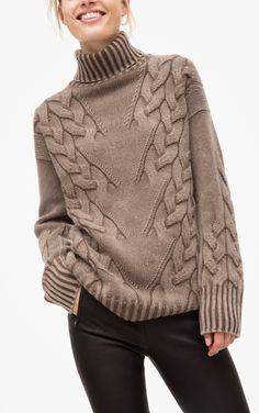 Der Rollkragenpullover ist etwas länger und dabei leger geschnitten. Der in Rippen gestrickte Rollkragen und die diagonal zulaufenden groben Zöpfe machen den Pullover zu einem Highlight. Der Pullover wird aus Cashmere-Rohgarn gestrickt,...