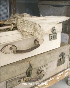 Vintage Suitcases in Vintage by Nina book Love these old Suitcases! Vintage Shabby Chic, Vintage Love, Vintage Decor, Vintage Antiques, Vintage Ideas, Vintage Style, Vintage Romance, Old Trunks, Vintage Trunks