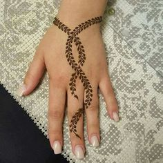 Nowadays there are many occasions on which we can use Easy Mehndi Designs. There are many Simple or Easy Mehndi Designs For Beginners that you can try. Henna Tattoo Designs Simple, Mehndi Designs For Beginners, Unique Mehndi Designs, Henna Designs Easy, Mehndi Designs For Fingers, Beautiful Henna Designs, Latest Mehndi Designs, Mehndi Simple, Simple Hand Henna