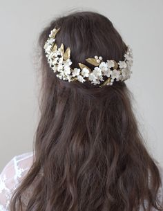 This headpiece has-been made of fresh water pearls and cold porcelain clay flowers, being each entirely shaped by hand. Flowers and leaves made of this material are lightweight, little bit flexible and shatterproof.  It is reversible can be worn front or back.  Each flower is unique as a result of a dedicated by-hand work and therefore, the final result of the product may show slightly differences on colour and shape to the sample on the photo.  This item is made to order and it will be…