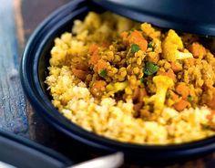 Intialainen kasvistagine 1. Valmista kastike. Kuori ja raasta kurkku karkeaksi raasteeksi. Nosta siivilään, lisää suolaa ja valuta hyvin. Yhdistä loput aineet. Nosta viileään maustumaan.2. Kuori ja kuutioi sipulit ja porkkanat. Kuulota kevyesti öljyssä ja anna hautua padassa. Lisää paloiteltu kukkakaali, raastettu inkivääri, ja mausteet. Sekoittele hetki.3. Huuhtele ja valuta linssit. Lisää linssit ja vesi. Hauduta …