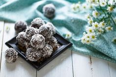 No Bake Chocolate Chip Chia Seed Energy Balls Snack on this recipe to help you beat constipation. Also video for natural ways to help constipation.Apple Cider Vinegar, Chia Seeds, and Hibiscus Tea Cacao Cru, Raw Cacao, Coconut Energy Balls, Red Energy, Easy To Make Desserts, Energy Bites, Chia Seeds, Healthy Snacks, Healthy Fats