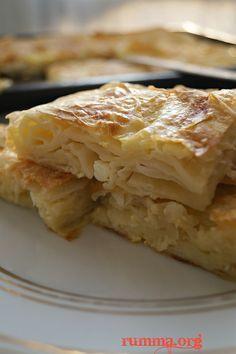 Kolay su böreği tarifi çok basit ve lezzetli bir börek..Hazır yufkadan istediğiniz harçla yapabilirsiniz.Kolay su böreği tarifini mutlaka denemelisiniz..Kolay su böreğinden daha kolay bir börek için sodalı kolay börek tarifine bakabilirsiniz.Yalancı su böreği de denilebilir. Hazır yufkadan yapılan diğer börek tariflerine kolayca bakmak için burdan buyrun.. Kolay su böreği tarifi için gereken 6 adet yufka …
