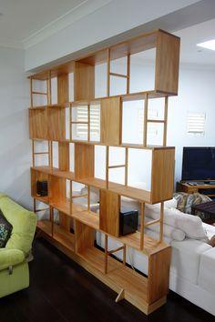 רעיון יפה, ביצוע מעפן - חלוקה של סגור פתוח (עד תקרה כמובן) Room devider/book case, made from Kauri pine