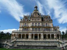 Ce château est à vendre dans les Pyrénées Orientales, il est situé à 20 mn de Perpignan et des plages et à 1h30 de Barcelone il est d'ailleurs l'un des symboles de la ville. Il s'agit d'un ensemble composé du château pour une surface d'environ 3000 m², des jardins à l'anglaise sur 5 ha., un bassin de natation, de serres classées M.H.(800 m² env.), d'une chapelle, d'une maison du régisseur (250 m²) et de plusieurs dépendances. www.zenith-sothebysrealty.com