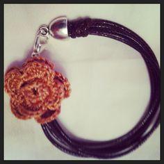 Pulsera de cuerda y ganchillo con flor Byaly