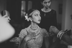 What's the recipe for a perfect Goa wedding? A stunning mandap by the sea , a shimmery seafoamlehenga and photographs that capture all the madness. We loved Rajvi's style- from her banarasi outfit on the mehendi to the edgy marsala cocktail gown and ofcourse that gorgeous lehenga at th