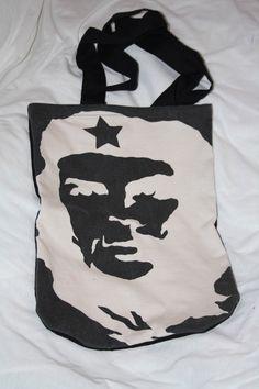 Der Che-Beutel wurde aus einem recyceltem T-Shirt von mir genäht.Der Rückstoff sowie die Träger bestehen aus 100% schwarzer Baumwolle.Die Ecken wur...