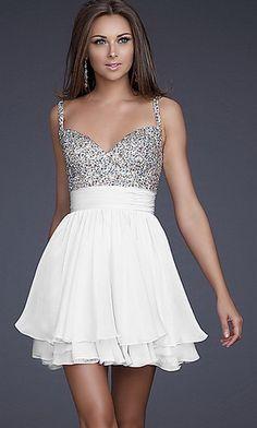 vestito, corto ,elegante, bianco con strass argentati dalla vita in su. Davvero molto carino!!