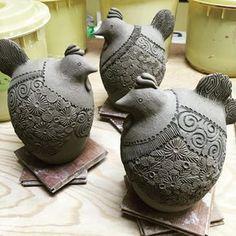 来年の干支の酉、大きめサイズの成形がやっと終わり、乾燥に入れます。やれやれ。これより残業タイム。Sサイズの成形仕上げに入ります! #陶芸 #ceramic #辻本喜代美#アトリエ陶喜
