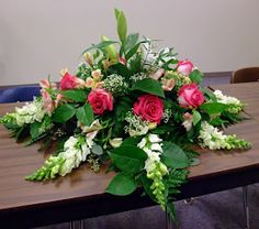 Floral Design: Class Casket Sprays Funeral Flower Arrangements, Flower Arrangements Simple, Funeral Flowers, Ikebana, Casket Flowers, Floral Design Classes, Flower Arrangement Designs, Casket Sprays, Memorial Flowers