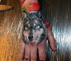 Tattoo Wolf Handrücken Motiv