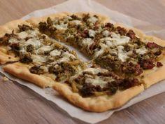 Pizza brokuły i biała kiełbasa. Palce lizać!