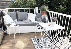 Mein Balkonien mit DIY-Sitzpodest und immer-noch-Lieblingsstühlen (oh what a room) - - Andrea Rodríguez - Porch And Balcony, Outdoor Balcony, Outdoor Sofa, Outdoor Spaces, Outdoor Living, Outdoor Decor, Balcony Chairs, Balcony Ideas, Balcony Furniture