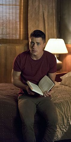 Arrow 3x16 The Offer - Roy Harper  Roy's concerned book reading. His favorite character just died