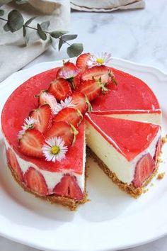 Sütés nélküli túrómousse torta eperrel | Ízből tíz Summer Desserts, Sweet Desserts, Sweet Recipes, Cookie Recipes, Dessert Recipes, Fresh Fruit Cake, Hungarian Recipes, Pastry Cake, Cakes And More