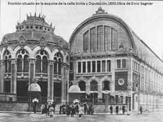 Frontón situado en la esquina de la calle Sisilia y Diputación 1893 Obra de Enric Sagnier
