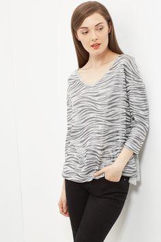 Camiseta manga codo escote V con estampado laminado.