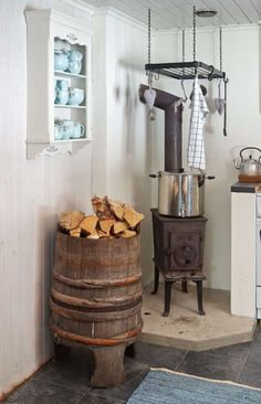 Familien Fusche bruker bare 15 minutter til hytta Cabin Fireplace, Cosy House, Primitive Kitchen, Tiny House Design, Scandinavian Home, Firewood, Cottage, Rustic, Dining