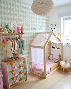 Una habitación de color rosa y menta.