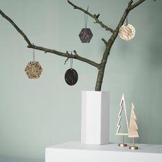 Fine ornaments fra Ferm Living, kommer i en 4 stks pakke og er perfekt som pynt til juletræet eller på en enkelt gren.