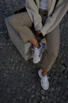 85926857e0db Der Trend Für den Herbst - Karo Muster Der Trend Für den Herbst - Karo  Muster kombiniert mit einem weissen basic shirt und weissen sneaker    mehr  Outfit ...