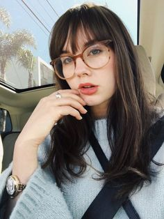 Frisuren Mittellang Stufig mit Brille und Pony Medium-length hairstyles with glasses and bangs Bangs And Glasses, Hairstyles With Glasses, Hairstyles With Bangs, Trendy Hairstyles, Glasses Style, Fringe Hairstyles, Ponytail Hairstyles, Straight Hairstyles, New Hair