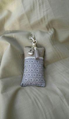 Porte clés, bijou de sac tissu saki, lin et passepoil argent : Porte clés par justinfil