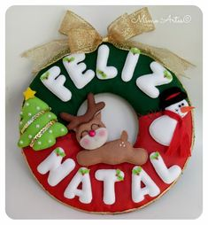 Mimo Artes: Guirlanda de Natal de Feltro Mais Christmas Fabric, Christmas Door, Diy Christmas Gifts, Christmas Is Coming, Christmas Wreaths, Christmas Ornaments, Holiday Decor, Baby Crafts, Felt Crafts