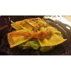 Facciamoci uno spuntino ... Ravioli ripieni di patate su crema di asparagi e fiori di zucca