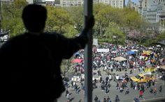 01.05 Aux Etats-Unis, à New York, un homme observe une manifestation qui s'est tenue à Union Square en mémoire de Freddie Gray, jeune Noir abattu par la police à Baltimore.Photo: AFP/Eduardo Munoz Alvarez