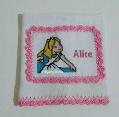 Finalizado. #AliceNoPaisDasMaravilhas #Bordado #PontoCruz #FraldaDeBoca #Alice #Artesanato
