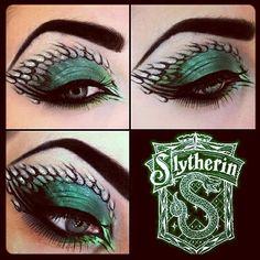 AMAZING Slytherin inspired Eye Make-Up. Combines my love of Harry Potter and makeup. Eye Makeup Art, Eye Art, Slytherin, Hogwarts, Harry Potter Makeup, Dragon Makeup, Fantasy Make Up, Makeup Designs, Party Makeup