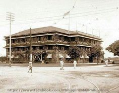 The Manila City Hall, transferring from the Ayuntamiento, this building was built in 1904 under Mayor Arsenio Cruz Herrera. In 1939 it would be demolished to give way to the larger and stately building we see today. via Nostalgia de Filipinas Philippines Culture, Manila Philippines, Philippine Architecture, Historical Architecture, Historical Pictures, Pinoy, Beautiful Places, Street View, History