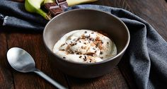 Manchmal will man auch genießen: Mit diesem leckeren und cremigen Bananen Eis, welches du innerhalb von 5 Minuten zubereiten kannst, gar kein Problem!