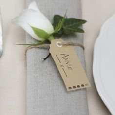 Etiquette & marque-place - Olivia S. Wedding Napkins, Wedding Favours, Wedding Gifts, Wedding Tables, Wedding Ceremony, Wedding Ideas, Vintage Luggage Tags, Vintage Labels, Wedding Name