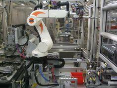 Banco automatico per montaggio valvola con robot Kuka KR6