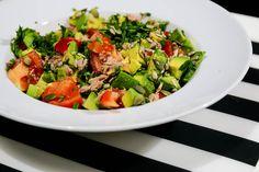 Sałatka z awokado, pomidorami i tuńczykiem jako świetny pomysł na dietetyczną kolację + troszkę faktów o samym awokado