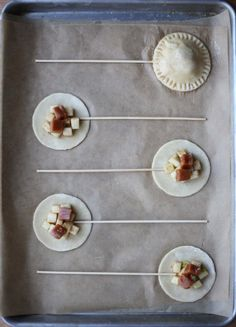 I am sooo making these! Apple Caramel Pie Pops or Banana Nutella pie pops Caramel Pie, Caramel Apples, Apple Caramel, Cupcakes, Cake Cookies, Cupcake Cakes, Nutella Brownies, Nutella Pie, Easy Desserts