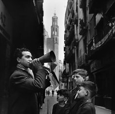 Francesc Català-Roca (Valls, Tarragona, España, 1922 - Barcelona, España, 1998): Vendedor de letras de canciones en la calle de la Platería 1952 | Museo Nacional Centro de Arte Reina Sofía