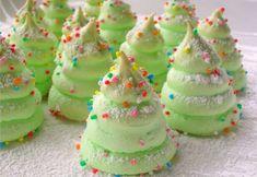 Que ce soit pour décorer votre bûche de Noël, en accompagnement pour le café, ou pour embellir votre table pour les fêtes, les meringues sont de petites gourmandises dont on ne se lasse pas. On peut aisément s'amuser à faire de jolies meringues dans l'esprit de Noël en forme de sapin, d...