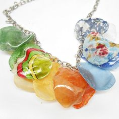 Tutorial necklace with charms plastic bottle recycling and colorful cloth… Plastic Bottle Crafts, Plastic Jewelry, Recycle Plastic Bottles, Plastic Recycling, Recycled Art Projects, Recycled Crafts, Recycled Jewelry, Recycled Bottles, Bottle Jewelry