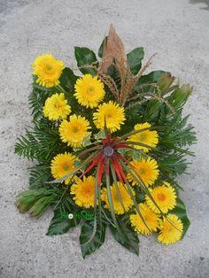 Hasil gambar untuk arranjos florais com proteas Calendula, Flower Arrangements, Beautiful Flowers, Daisy, Centerpieces, Tropical, Plants, Projects, Gerbera Daisies