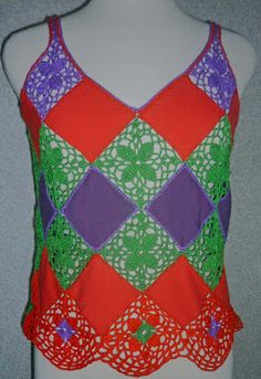 Blusa elaborada en modal rojo y púrpura y tejido a crochet en hilos de colores verde, rojo y lila, Talla M