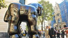 """""""Caballo con bridas"""" ~ Fernando Botero.  La escultura Caballo con bridas de Fernando Botero se presenta en la Gran Vía de Bilbao."""