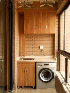 Lavadero con lavadora al lado